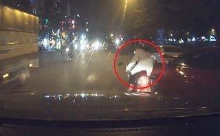 Xa lộ - Clip: Ô tô chuyển làn không quan sát bất ngờ 'đốn ngã' xe máy