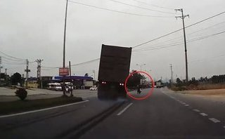Xa lộ - Clip: Pha đánh lái tránh tai nạn kinh hoàng của tài xế container