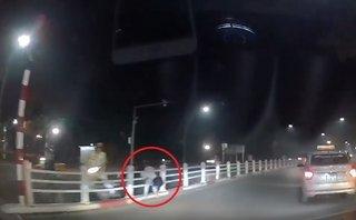 Xa lộ - Clip: Chạy chốt CSGT, cô gái nằm vắt vẻo trên dải phân cách
