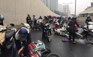 Mới- nóng - Clip: Hàng chục xe máy trượt ngã trong hầm chui Kim Liên