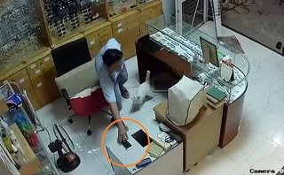 Hình sự - Clip: Người đàn ông trộm điện thoại cực nhanh trong tiệm mắt kính