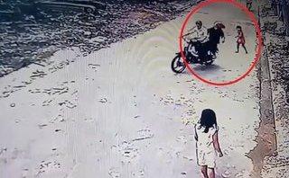 Mới- nóng - Clip: Bé gái giằng co với hai tên cướp khi bị giật điện thoại trên tay