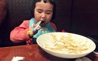 Giải trí - Clip: Bé gái 'thánh ăn' tái xuất với khả năng ăn uống không điểm dừng