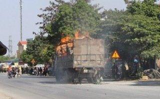 Mới- nóng - Clip: Xe tải chở hàng bất ngờ bốc cháy ngùn ngụt ở Thái Bình