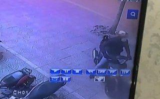 Mới- nóng - Clip: Thanh niên bẻ khóa, trộm SH cực nhanh giữa phố Hà Nội