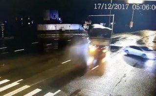 Xa lộ - Clip: Tránh ô tô, xe tải 'đốn ngã' cột đèn rồi lật giữa đường