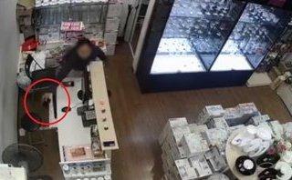 Mới- nóng - Clip: Nữ quái vờ mua hàng rồi vào quầy thu ngân trộm điện thoại