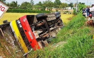 Xa lộ - Clip: Tránh xe máy, xe buýt bất ngờ lật nhào xuống ruộng