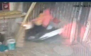 Mới- nóng - Clip: Bất cẩn để con vặn ga, hai mẹ con lao thẳng xe vào nhà dân