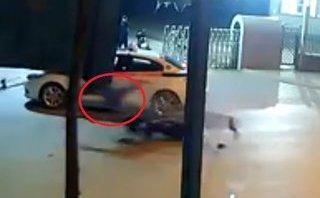 Xa lộ - Clip: Tông vào đuôi taxi, thanh niên lộn trên không rồi văng xa 5m