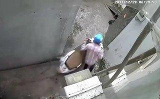 Mới- nóng - Clip: Hai thanh niên vào tận ngõ, táo tợn bẻ khóa trộm xe Lead