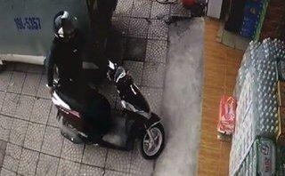 Mới- nóng - Clip: Trộm ngang nhiên bẻ khóa 'cuỗm' xe trước cửa hàng tạp hóa