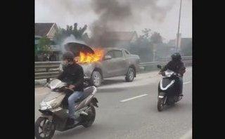 Mới- nóng - Clip: Ô tô bất ngờ bốc cháy ngùn ngụt trên đường quốc lộ