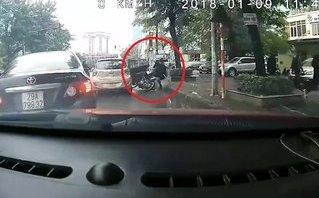 Xa lộ - Clip: Taxi mở cửa bất cẩn hất văng người đi đường lên vỉa hè
