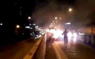 Xa lộ - Clip: Xe ba gác bất ngờ bốc cháy dữ dội trên đường vành đai 3