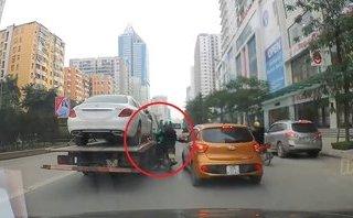 Xa lộ - Clip: Grabbike thoát chết thần kỳ khi bị kẹp giữa 2 ô tô