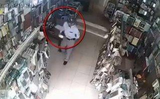 Mới- nóng - Clip: 2 người đàn ông dàn cảnh, trộm điện thoại của nữ nhân viên