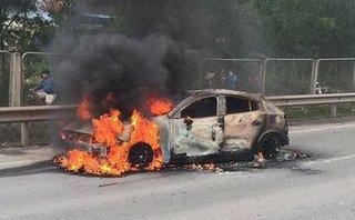 Xa lộ - Clip: Mazda 3 bất ngờ bốc cháy ngùn ngụt trên cao tốc Thái Nguyên