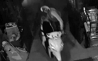 Mới- nóng - Clip: Trộm đột nhập vào nhà dân 'cuỗm' 3 xe máy trong đêm