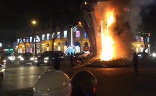 Mới- nóng - Clip: Đèn trang trí gần nhà thờ Đức Bà bất ngờ bốc cháy ngùn ngụt