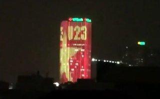 Mới- nóng - Clip: Tòa nhà sáng rực hình quốc kỳ và dòng chữ U23 khiến dân mạng thích thú