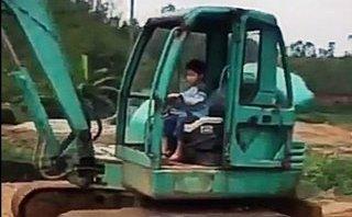Mới- nóng - Clip: Bé trai 5 tuổi lái máy xúc chuyên nghiệp như người lớn