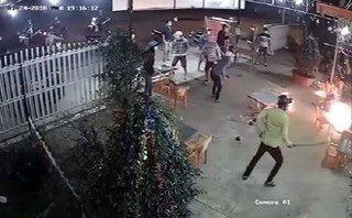 Mới- nóng - Clip: Hơn 20 thanh niên cầm hung khí truy sát chủ quán nhậu