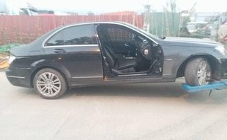 Mới- nóng - Clip: Cố vượt container, Mercedes bị tông bay một cánh cửa