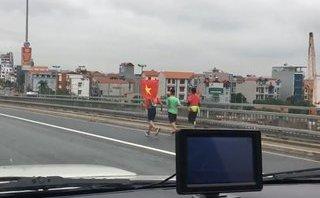 Mới- nóng - Clip: Cổ động viên chạy bộ cầm cờ đi đón đội tuyển U23 Việt Nam