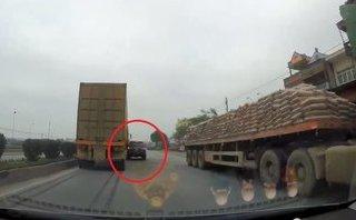 Xa lộ - Clip: Tránh xe tải chạy ngược chiều, xe con va trúng container