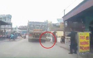 Xa lộ - Clip: Xe tải chạy ẩu suýt cán qua người phụ nữ đi xe máy