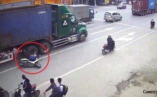 Xa lộ - Clip: Ngã cạnh xe container, hai mẹ con may mắn thoát chết