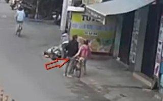 Mới- nóng - Clip: Vờ hỏi đường, nữ quái dàn cảnh móc trộm ví người già