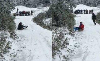 Mới- nóng - Clip: Tuyết phủ trắng Sapa, người dân thích thú chơi trượt tuyết