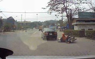 Xa lộ - Clip: Ô tô tông trúng hai người phụ nữ đi đường rồi bỏ chạy