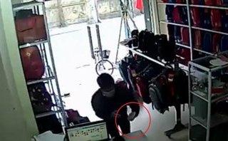 Mới- nóng - Clip: Nam thanh niên lẻn vào cửa hàng trộm điện thoại cực nhanh