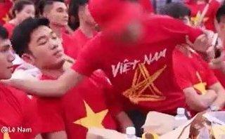 Mới- nóng - Clip: Bức xúc cảnh người đàn ông gạt tay trước mặt Xuân Trường để chụp ảnh selfie