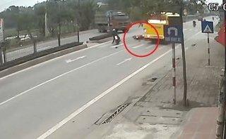 Mới- nóng - Clip: Ngã xuống đường sau cú phanh gấp, cô gái bị xe khách cán tử vong
