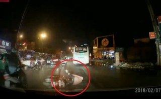 Xa lộ - Clip: Rẽ trái không quan sát, người phụ nữ bị hai ô tô tông trúng