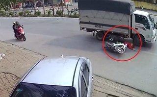 Xa lộ - Clip: Thiếu quan sát, người phụ nữ suýt bị cuốn vào gầm xe tải