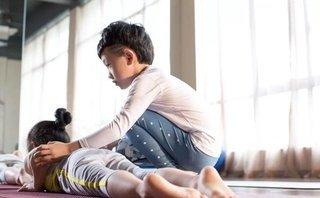 Mới- nóng - Cậu bé 7 tuổi mắc tự kỷ kiếm được hàng trăm triệu nhờ dạy yoga
