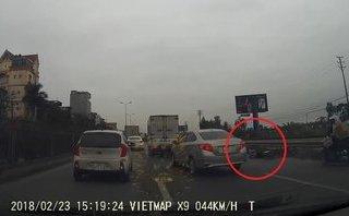 Xa lộ - Clip: Ô tô liều lĩnh vượt phải, bất ngờ 'đốn ngã' người đi đường