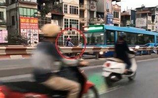 Xa lộ - Chạy ngược chiều trên cầu vượt, người phụ nữ suýt đấu đầu xe buýt