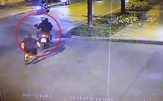 Mới- nóng - Clip: Du khách nước ngoài bị cướp giật túi xách khi đang đi bộ trên phố