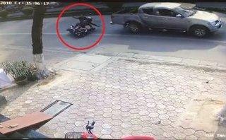 Xa lộ - Clip: Ô tô thản nhiên bỏ chạy sau khi va trúng 2 người đi đường