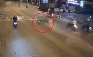 Xa lộ - Thanh niên tông trúng hàng chục trụ phân cách rồi trượt dài trên đường