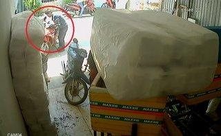 Mới- nóng - Clip: Thanh niên táo tợn bẻ khóa trộm xe máy trước mặt nhiều người