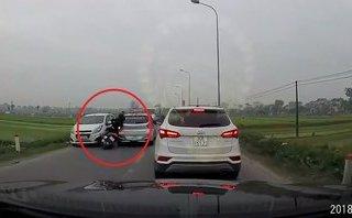 Xa lộ - Clip: Nam thanh niên bất tỉnh sau cú tông mạnh vào đuôi taxi