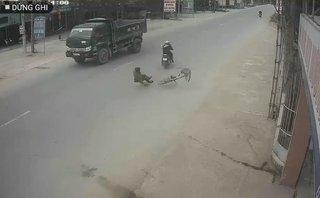 Xa lộ - Clip: Bị xe máy tông trúng khi sang đường, cụ ông thoát chết khó tin