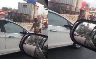 Mới- nóng - Clip nữ tài xế vượt đèn đỏ, cố tình đẩy lùi CSGT để bỏ chạy